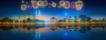 Beaux feux d'artifice au-dessus du paysage urbain de l'horizon de Kuala Lumpur Photo libre de droits
