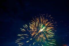 Beaux feux d'artifice colorés sur le ciel Feux d'artifice internationaux Les feux d'artifice montrent sur le fond foncé de ciel J Image stock