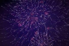 Beaux feux d'artifice de scintillement bon marché, avec la brume, dans le ciel nocturne, texture de fond image libre de droits