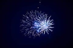 Beaux feux d'artifice de scintillement bon marché, bleu, ciel nocturne, texture de fond images libres de droits