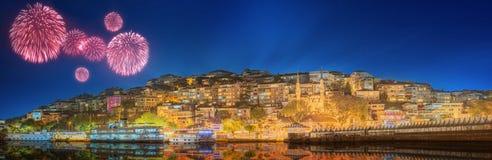 Beaux feux d'artifice et paysage urbain d'Istanbul Photographie stock libre de droits