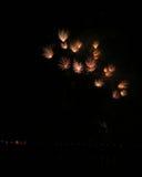 Beaux feux d'artifice pendant la nouvelle célébration de Year's Ève à Riga, Lettonie Images libres de droits