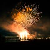 Beaux feux d'artifice pendant la nouvelle célébration de Year's Ève à Riga, Lettonie Photos stock