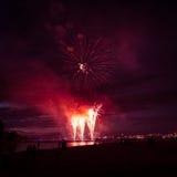 Beaux feux d'artifice pendant la nouvelle célébration de Year's Ève à Riga, Lettonie Photographie stock