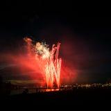 Beaux feux d'artifice pendant la nouvelle célébration de Year's Ève à Riga, Lettonie Photos libres de droits