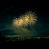 Beaux feux d'artifice pendant la nouvelle célébration de Year's Ève à Riga, Lettonie Images stock
