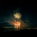 Beaux feux d'artifice pendant la nouvelle célébration de Year's Ève à Riga, Lettonie Image libre de droits