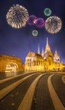 Beaux feux d'artifice sous la bastion des pêcheurs à Budapest Image libre de droits