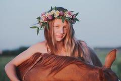 Beaux fille et cheval dehors Photos stock