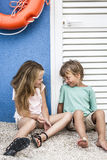 Beaux fille et garçon sur la plage Photo stock