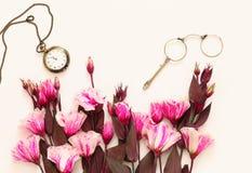 Beaux fleurs et verres de vintage et montre de poche Image stock