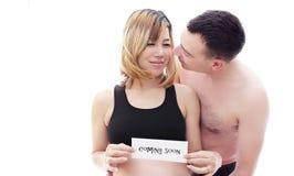 Beaux futurs parents : son épouse asiatique enceinte et un mari heureux souhaitent la bienvenue au bébé venant bientôt Image stock