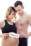 Beaux futurs parents : son épouse asiatique enceinte et un mari heureux souhaitent la bienvenue au bébé venant bientôt Images libres de droits