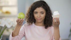Beaux gâteau d'apparence de dame et pomme, choix de nourriture, choisissant la pomme saine clips vidéos