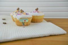 Beaux gâteaux cuits au four avec une note de jour de mères de miniature Photographie stock libre de droits