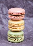 Beaux gâteaux délicieux avec la cerise crème de fraise de vanille de pistaches de chocolat de macaron sur le fond foncé Images stock