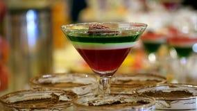 Beaux gelée et soufflé doux multicolores délicieux de dessert de fruit de plat en verre sur la table, produit naturel de concept, clips vidéos