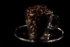 Beaux grains aromatiques de tasse et de caf? de brun photo stock