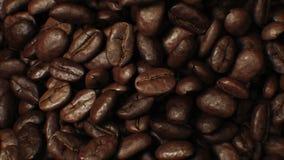 Beaux grains de café rôtis se déplaçant à l'arrière-plan du mouvement lent CG. de plan rapproché de vortex Animation 3d abstraite banque de vidéos