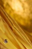 Beaux grands bijoux de diamant sur le fond d'or de tissu de satin Pierre précieuse naturelle fine Image stock