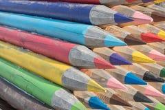 Beaux grands crayons de couleurs différentes des rondins du tre Images stock