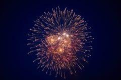 Beaux grands feux d'artifice bon marché, blanc-jaunes, dans le ciel nocturne, texture de fond photos libres de droits
