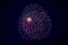 Beaux grands feux d'artifice de scintillement bon marché, blanc rouge, avec la brume, dans le ciel nocturne images libres de droits