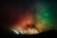 Beaux grands feux d'artifice jaunes, verts, rouges Images stock