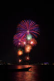 Beaux grands feux d'artifice sur la plage photographie stock