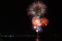 Beaux grands feux d'artifice sur la plage Photographie stock