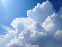 Beaux grands nuages volumineux dans le ciel photos libres de droits