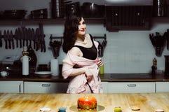 Beaux hôtesse et gâteaux de sourire image stock