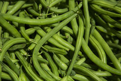 Beaux haricots verts organiques au marché d'agriculteurs Photos libres de droits