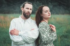 Beaux homme et femme de couples dans le costume médiéval photo stock
