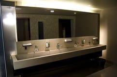 Beaux intérieurs de salle de bains d'hôtel Images stock