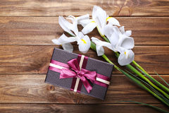 Beaux iris et boîte-cadeau sur le fond en bois Photo stock