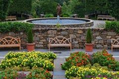 Beaux jardins d'arborétum de fontaine photographie stock libre de droits