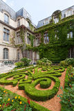 Beaux jardins fleuris de musée de Carnavalet photos stock