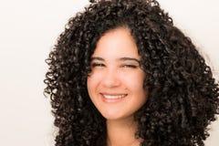 Beaux jeune fille/modèle Posing avec de grands cheveux bouclés noirs photo stock