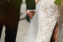 Beaux jeune jeune mariée sexuelle dans la robe blanche de vintage et beau Photos stock