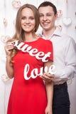 Beaux jeunes ajouter à l'amour doux de mots dans des mains Le jour de Valentine Photo stock