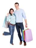 Beaux jeunes ajouter aux sacs à provisions Photographie stock