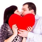 Beaux jeunes ajouter d'amour au coeur rouge Image stock