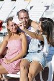 Beaux jeunes amis riant et faisant le selfie sur la piscine Images libres de droits