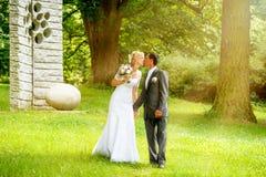 Beaux jeunes baisers de couples de mariage Photo stock