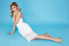 Beaux jeunes cheveux blonds sexy de femme d'affaires avec le maquillage de soirée portant un dessus de costume de robe et un tiss Images stock