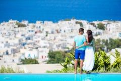 Beaux jeunes couples à l'île de Mykonos Les touristes apprécient leur village célèbre de Mykonos de fond grec de vacances Photos libres de droits
