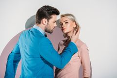beaux jeunes couples à la mode dans l'amour posant ensemble en trou Photographie stock libre de droits
