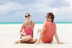 Beaux jeunes couples à la plage Image stock