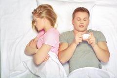 Beaux jeunes couples à la querelle Images stock